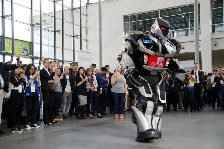 Roboter begrüßt Gäste auf Technik-Messe