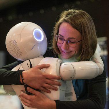 Roboter Pepper umarmt Frau